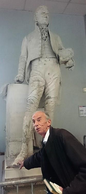 Pierre Bergounioux touchant le pied de la statue de gay-Lussac